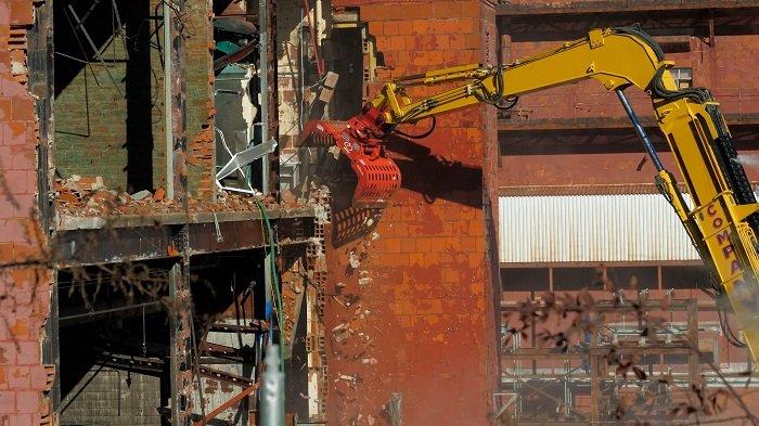EM workers begin tearing down Building 9210 at Oak Ridge on Nov. 16.