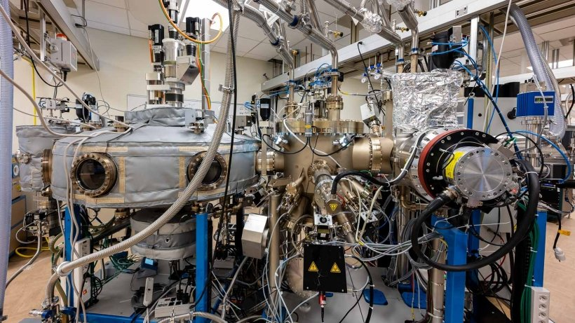 A molecular beam epitaxy machine grows new materials one atomic layer at a time with extreme purity. MBE enables the development of devices that require negligible impurities and an extreme level of precision, such as for quantum technology and next-generation optoelectronics.