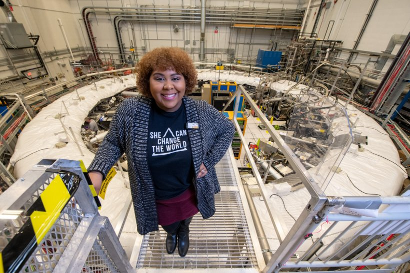 Jessica Esquivel is a Fermilab postdoctoral research associate investigating short-lived particles named muons.