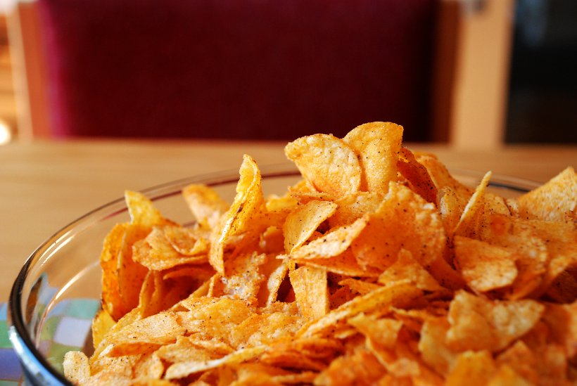 Photo of a bowl of barbecue potato chips.