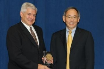 EM's Richland Operations Office Lead General Engineer Thomas K. Teynor received an Excellence Award Thursday. He is pictured here with Secretary Chu, right.