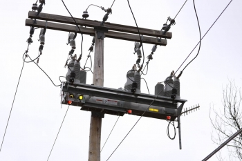 """EPB's $226 million Smart Grid Investment Grant project, part of the Energy Department's Recovery Act funding has allowed upgrades on its distribution system and the installation of """"smart"""" switches and sensor equipment for 164 distribution circuits as well as the deployment of approximately 1500 smart switches system-wide. Thanks to these smart grid technologies, EPB saved thousands of hours of outage time for their consumers.   DoE photo"""