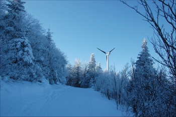 Small-Scale Distributed Wind: Northern Power Systems 100 kW turbine at the top of Burke Mountain in East Burke, Vermont.   Photo courtesy of Northern Power Systems.