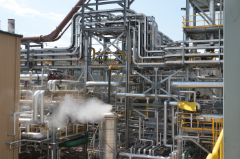 The Abengoa Bioenergy Biomass of Kansas uses an innovative process to convert a range of agricultural residues into sugars, which are then fermented, distilled, and dehydrated into denatured fuel ethanol for shipping to distribution centers in the region. | Courtesy of Abengoa