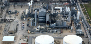 Aerial view of Air Products' existing steam methane reforming facility at Port Arthur, Texas, with new carbon-capture units and central co-gen and CO2 product compressor. | Photo courtesy of Air Products and Chemicals Inc.