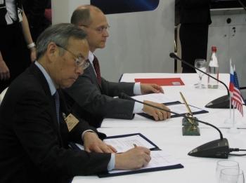 Secretary Chu and Rosatom General Director Sergey Kiriyenko sigh the U.S.-Russia joint nuclear cooperation agreement.   Courtesy of Dan Leistikow