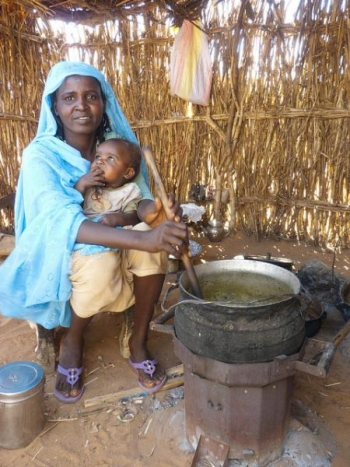 Darfuri woman using a Berkeley-Darfur cookstove | Courtesy of darfurstoves.org