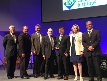 Thomas Connelly, Executive Director, CEO of the American Chemical Society, Vince Sprenkle, PNNL, Gary Yang, UET, Imre Gyuk, DOE-OE, Liyu Li, UET, Wendy Cleland-Hamnett, Acting Assistant Administrator, Office of Chemical Safety and Pollution Prevention, EPA, and Blake Fry, UET (left to right) at the 2017 Green Chemistry Challenge Awards ceremony in Washington, DC. | Photo courtesy of Adam Fisher.