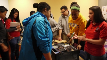 Students learn about the components of a computer at a STEM Fair hosted by the Latin American Youth Center Career Academy in May 2014.   Estudiantes aprenden sobre los componentes de una computadora durante la Feria STEM de Latin American Youth Center Career Academy en mayo de 2014.