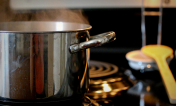 This holiday season, we wanted to share some easy ways to reduce unnecessary energy use while still enjoying all of your family's favorite dishes. | Image courtesy of Flickr user Jennuine Captures.