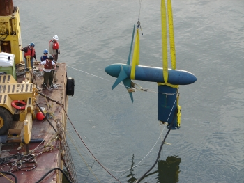 Free Flow System turbine being installed in East River, New York, NY (Dec 2006). | Image Credit: Kris Unger/Verdant Power, Inc.
