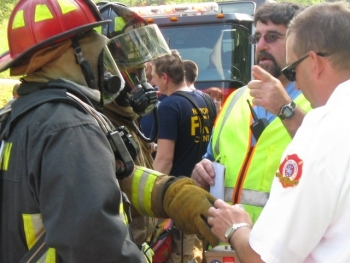 The on-scene incident commander briefs a responder during an April 17 WIPP transportation exercise in Georgia.