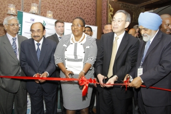 World energy leaders at the ribbon cutting for the CEM Innovation Showcase Pavilion, from L to R: Dr. Farooq Abdullah, Indian Minister of New & Renewable Energy; South African Energy Minister Dipuo Peters; U.S. Energy Secretary Steven Chu; Deputy Chairman of Indian Planning Commission Montek Singh Ahluwalia.