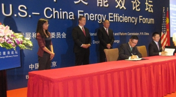 Assistant Secretary Dr. Dave Danielson and Vice Chairman Xie Zhenhua (right) of China's National Development and Reform Commission witness the MOU signing between the U.S.-China Energy Cooperation Program and the Chinese Society for Urban Studies.