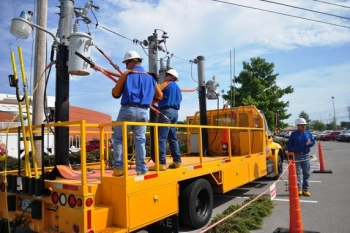 Participants in Safety Fest Tennessee receive a hands-on demonstration about electrical safety.