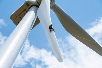 Wind turbines are soaring to record sizes. The average rotor diameter of turbines installed in 2017 grew to 370 feet, up 135 percent since 1998–1999. | National Renewable Energy Laboratory photo