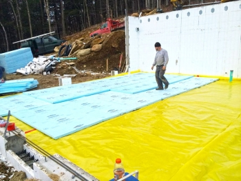 Doe tour of zero mad river glen house by peppertree homes for Foundation blanket wrap insulation
