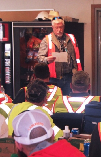 Former 618-10 Project Director Mike Jennings addresses the team that cleaned up highly radioactive waste from Hanford laboratories and fuel development facilities in the 1950s and 1960s.
