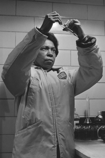 1974: Biochemist Julia Hardin of Los Alamos National Laboratory studies what radiation does to DNA & would later recruit interns to the lab from historically black colleges and universities.