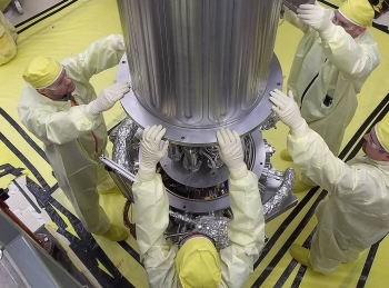 NASA and NNSA engineers lower the wall of the vacuum chamber around the KRUSTY system.  The vacuum chamber is later evacuated to simulate the conditions of space when KRUSTY operates.