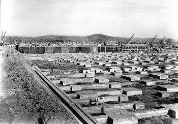 Workers lay the foundation for the K-25 Building in 1943.