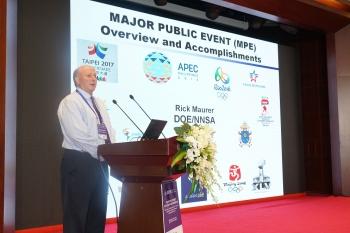 Dr. Rick Maurer, senior principal scientist from the Remote Sensing Laboratory, addresses workshop participants during Major Public Events fundamentals presentation.