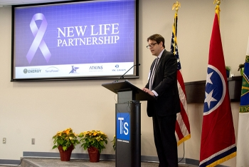 DOE Deputy Under Secretary for Science T.L. Cubbage addresses the more than 150 attendees at the Nov. 22 event unveiling the public-private partnership.