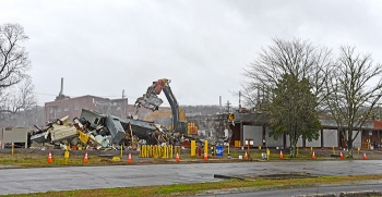 Oak Ridge crews knock down the K-1006 Building at the East Tennessee Technology Park.