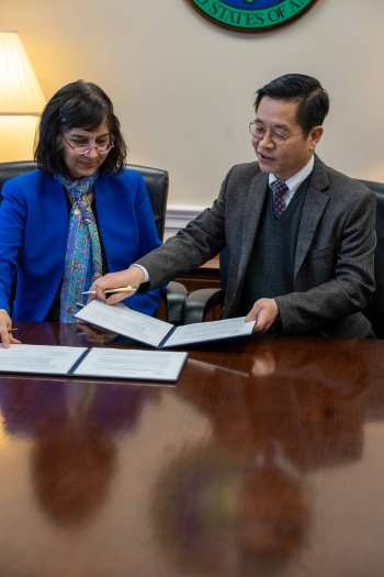Hydrogen and Fuel Cells Program Director Sunita Satyapal signs a Memorandum of Understanding alongside a representative from Hyundai Motor Company.