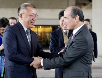 Under Secretary of Energy Mark Menezes shakes hands with Hyundai Motor Group Executive Vice Chairman Euisun Chung