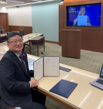Dr. Brent Park, NNSA's Deputy Administrator for Defense Nuclear Nonproliferation and Shannon Quinn, Vice-President of Science, Technology, and Commercial Oversight for Atomic Energy of Canada Limited, show the signed agreement.