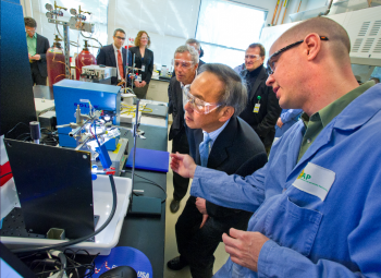 Secretary Chu Visits Joint Center for Artificial Photosynthesis