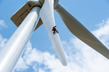 Wind turbines are soaring to record sizes. The average rotor diameter of turbines installed in 2015 grew to 102 meters, up 113 percent since 1998–1999. | National Renewable Energy Laboratory photo.